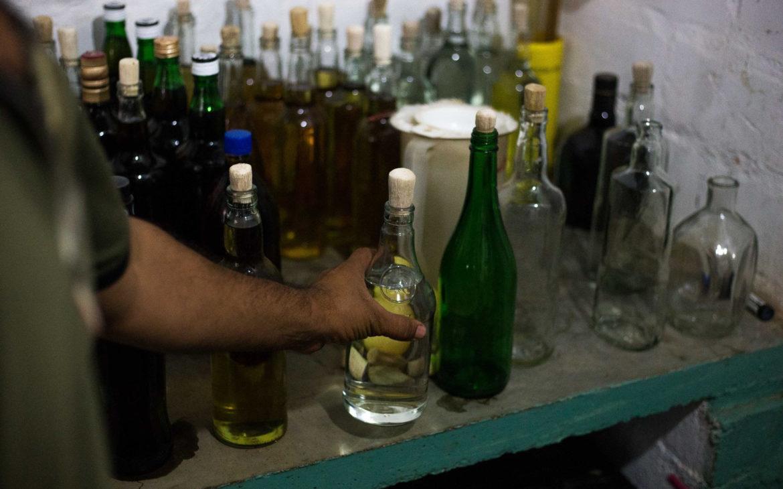 Beber alcohol no mata el coronavirus, alerta OMS tras intoxicaciones masivas