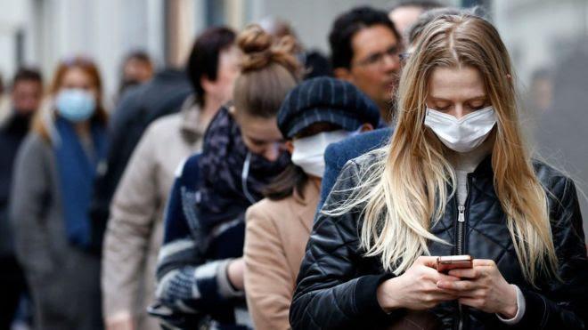"""OMS advierte que la pandemia """"está cambiando"""" y ahora está siendo impulsada por menores de 40 años"""