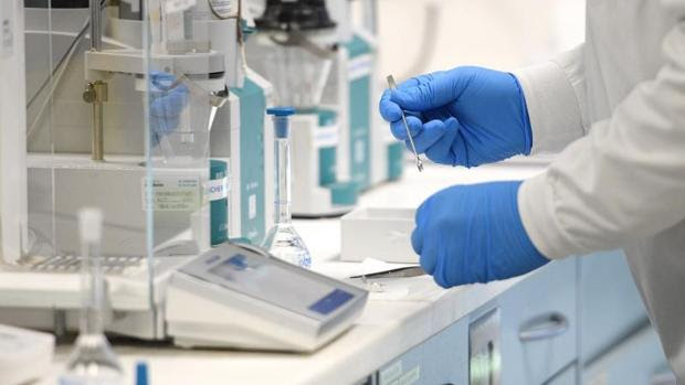 Qué es la mielitis transversa, la enfermedad por la que AstraZeneca ha paralizado los ensayos de la vacuna contra el Covid-19